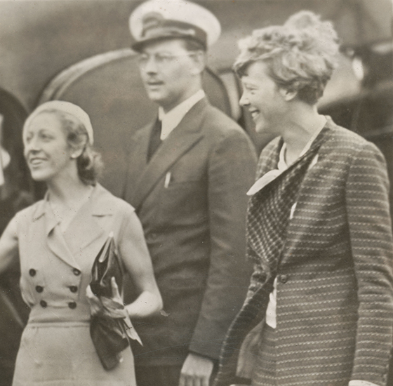 amy_johnson_and_amelia_earhart_with_station_mgr